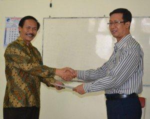 DSC 0043 jabat tangan 300x238 FKIP UAD Selenggarakan Uji Kemahiran Berbahasa Indonesia